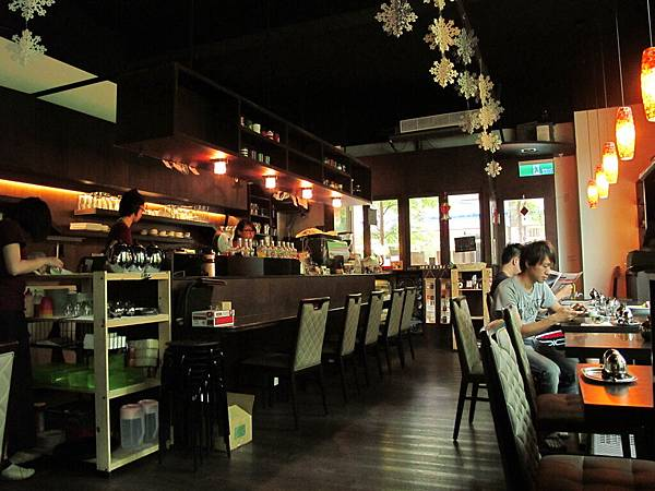 【老柴咖啡館】由內往外看.JPG
