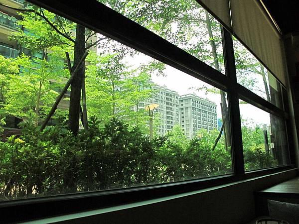 【老柴咖啡館】窗外.JPG