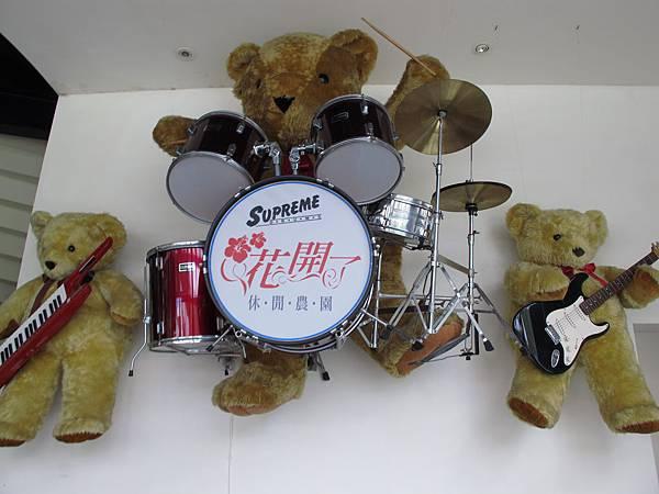 【大溪】花開了-牆上的泰迪熊.JPG