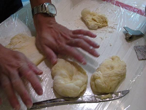 沒有捍麵棍,只有手工將小麵糰揉開攤平