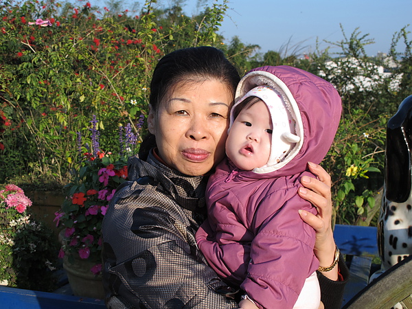 阿妞跟外婆的合照也超少,枉費我媽每天照顧她耶…
