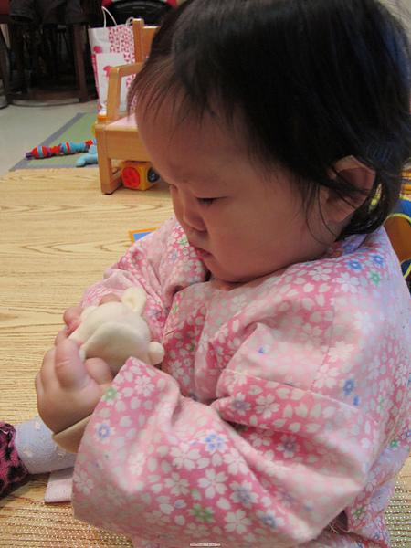 【10M13D】玩小白兔手指娃娃.JPG