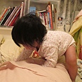 【12M3D】努力的找掉在棉被堆的凡士林.JPG
