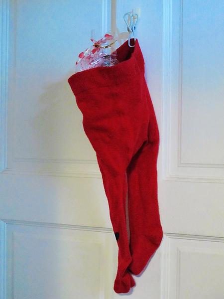 隔天一早起床,發現呂把拔把聖誕襪移掛在房門口
