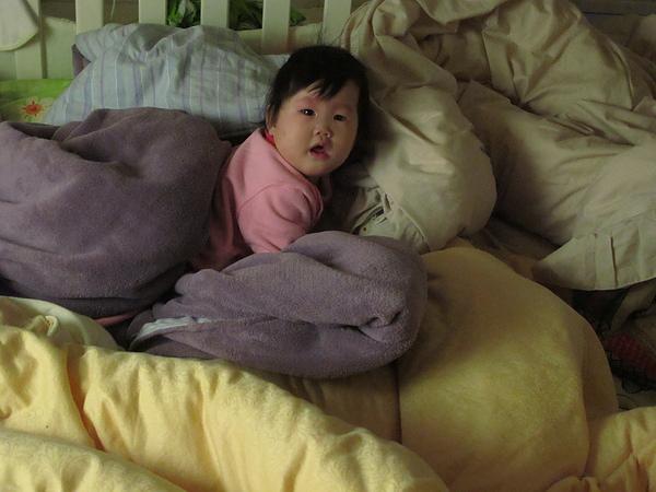 【8M18D】在棉被堆裡醒來,因為沒辦法移動,用哭的把馬麻叫進來