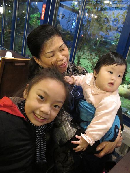 給阿嬤抱跟姊姊玩