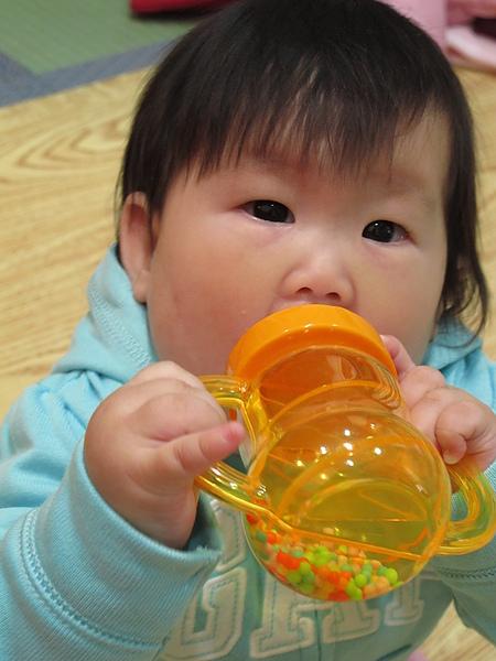 阿妞很忙~啃玩具奶瓶倒是很認真