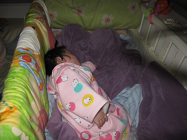 【10M5D】躺著棉被上睡.JPG