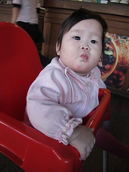 第一次坐高腳餐椅
