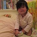【12M3D】在床上站不太穩.JPG
