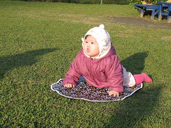 我媽堅持要讓阿妞在草地上照一張