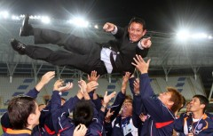 台體教練陳貴人獲最佳教練,被球員拋起來.jpg
