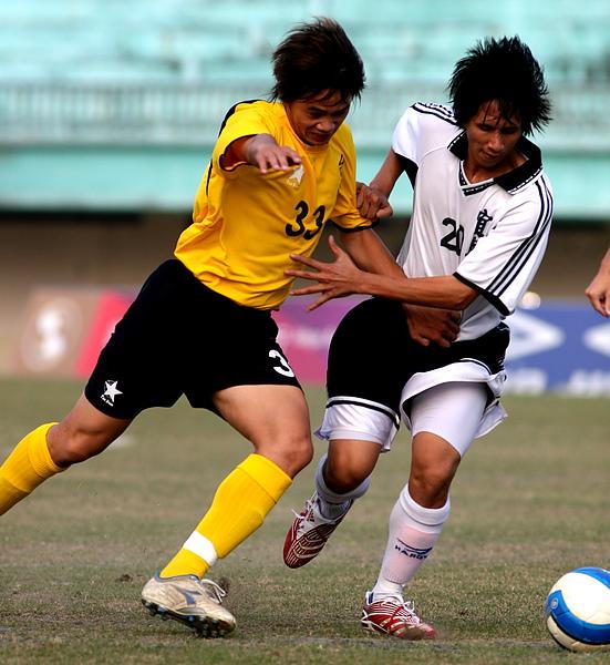 2007-南縣林吉福(左)與韋若新搶球搶得激烈.jpg