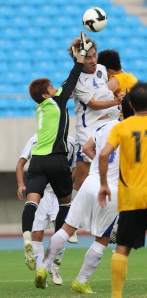 0918_台體門將徐銘宏(左)用身體擋球.jpg