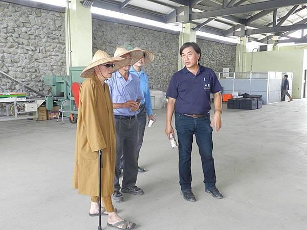 開山和尚參訪永齡有機農業園-觀摩有機農場的施作及營運狀況--聽取導覽解說