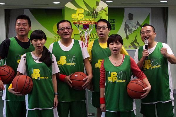 「DPP Young Play 2013綠動三對三積分賽」今日舉行記者會,立法委員高志鵬(後排左二)、中華民國三對三籃球運動協會理事長劉中興(後排左一)等貴賓出席
