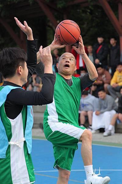 民進黨黨主席蘇貞昌騎馬射箭得分