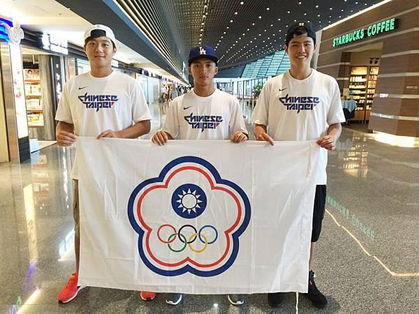 張柏翔、李威儒與朱鏡元(由左至右)代表我國前往菲律賓馬尼拉參加2015三對三世界巡迴賽大師賽