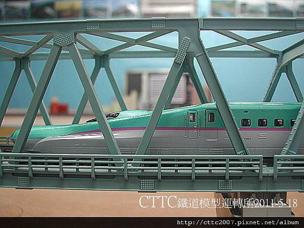 KATO E5系 新幹線 通過鋼梁橋.JPG