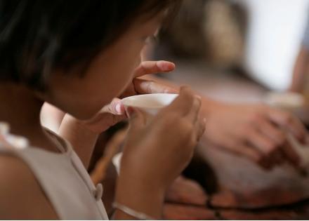小女孩喝茶.jpg