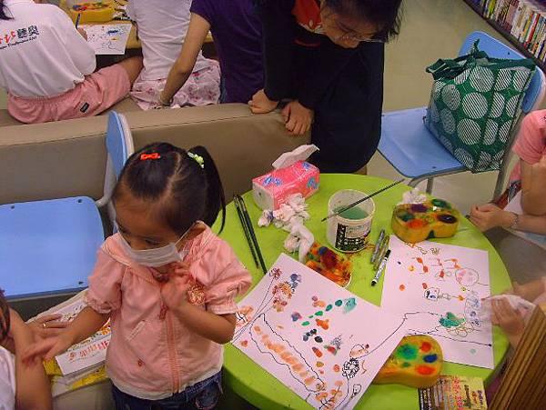 指印畫-小妹妹說右邊的小黑是媽媽幫忙畫的.JPG