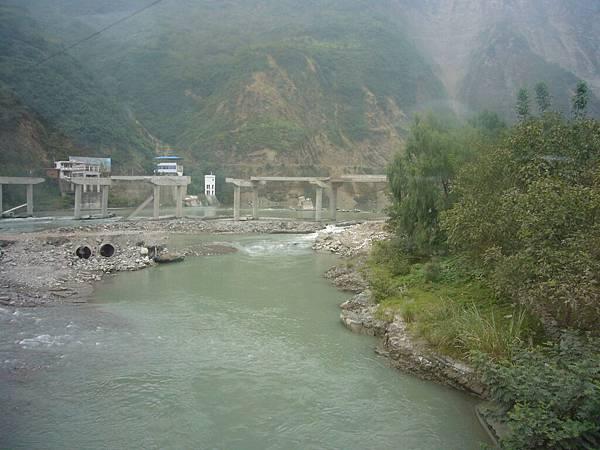 被地震震垮的橋