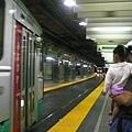 這地鐵的軌道是平的,大家下車以後直接走道對面去柳...