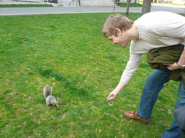 你這歪果人,自己不也跟松鼠玩起來....