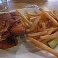 我點的這個另外三人公認最好吃.裡面是夾炸雞,辣味的醬