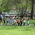 幼稚園老師用一跟繩子帶小朋友出門