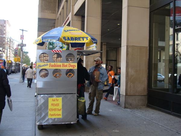 FIT前面的熱狗攤叫做Fashion Hot Dog