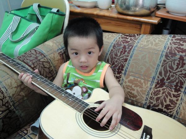 真的彈吉他唷~