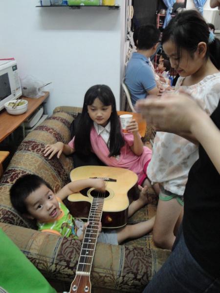 吉他果然是吸引姊姊們的利器~