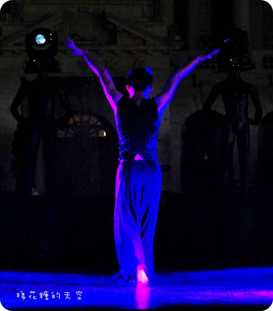 1444999415 3781816896 - 【熱血採訪】臺中光影藝術節第二波!臺中舊州廳華麗登場,壯觀光束舞動搭配優雅舞者律動,大家一起來循著光影軌跡、穿梭時空旋律~