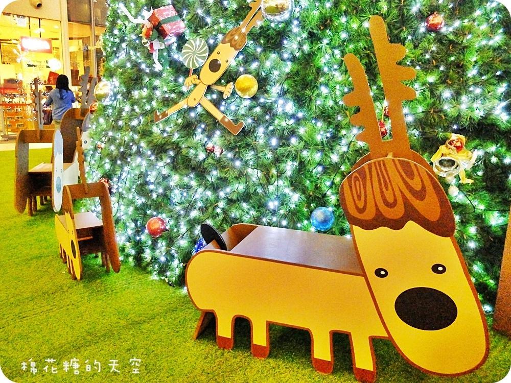 1449295083 1201187949 - 《台中聖誕景點》後火車站新時代豎起三層樓高大大聖誕樹,遍地麋鹿還有聖誕老公公坐雪撬~還可以來個城市裡的偽野餐唷!