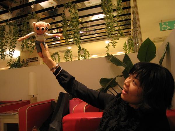 開始研究娜娜的手怎這麼「長」