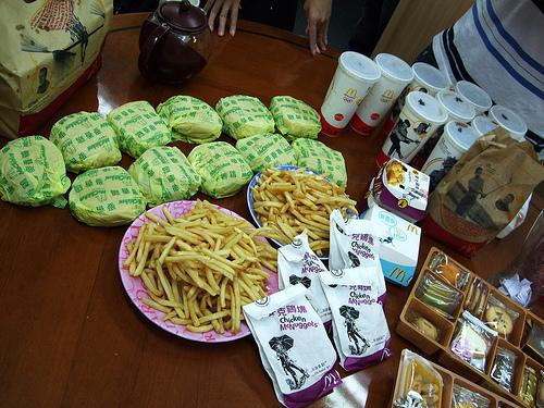 中午吃麥當勞,這照片好可怕- -