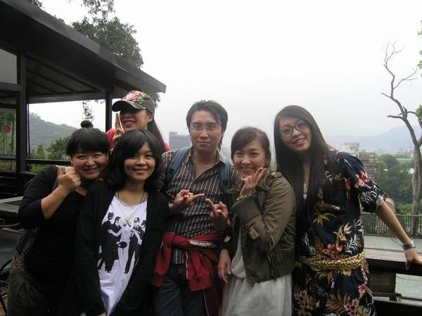 女生們跟壽星合拍