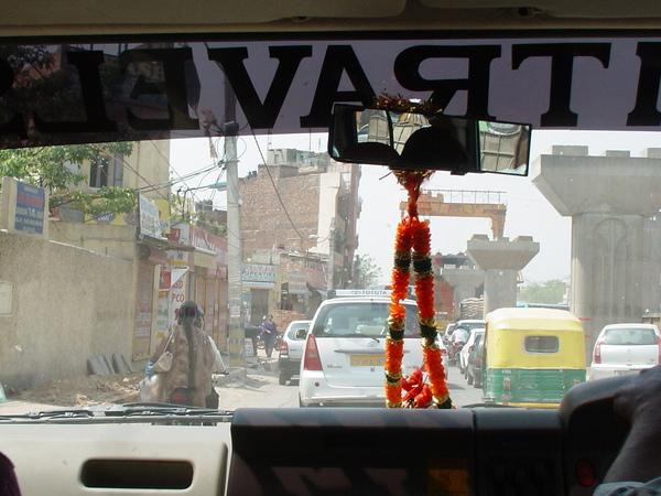 開車出發囉~路上車好多,印度交通亂七八糟的