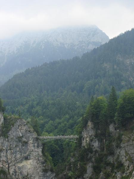 很恐怖的橋加上後面的阿爾卑斯山