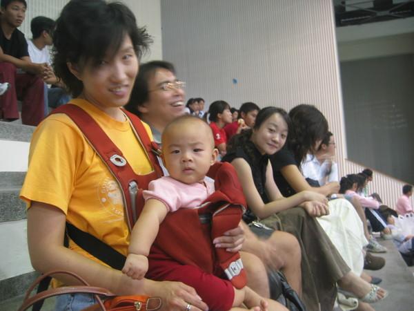 媽媽帶我去球場幫小鄧叔叔加油