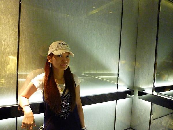 飯店電梯..偶們要去覓食囉