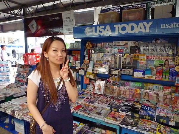 火車站旁的書報攤  就跟電影演的一樣 我正好擋住老闆 哈