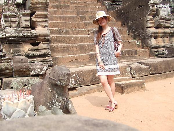後面的階梯很難爬,是為了讓人手腳並用、專心而虔誠的爬,表示對神的崇敬