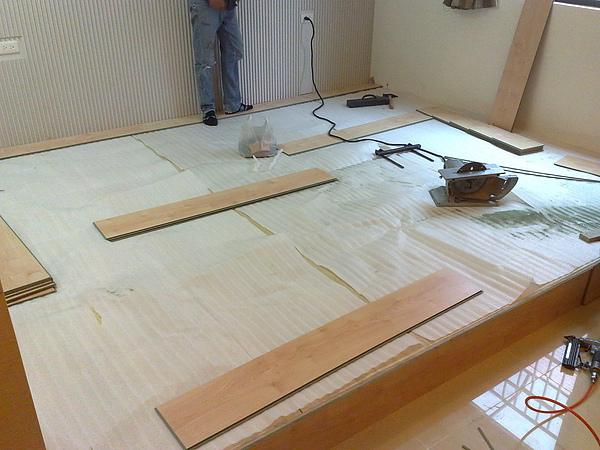 鋪泡棉及耐磨地板