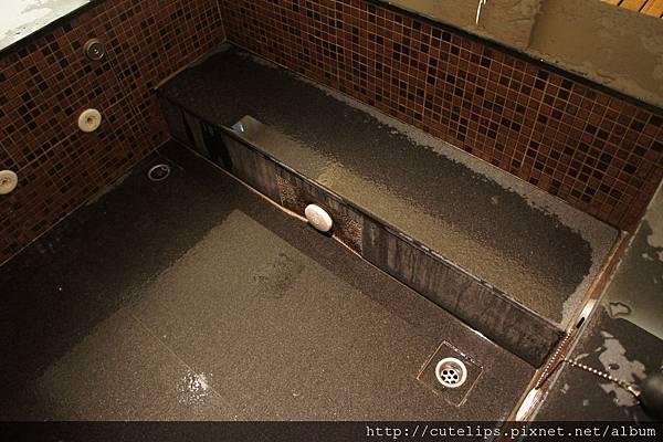 溫泉池內階梯的高度