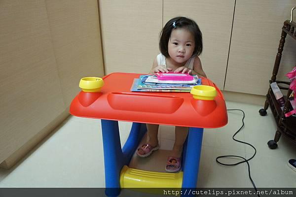 小希跟她的新桌子