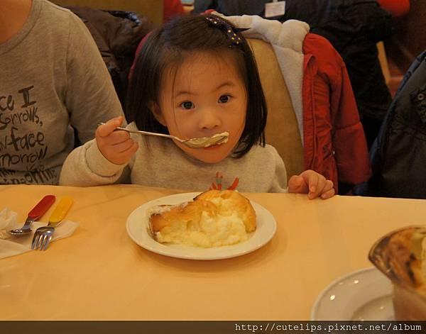 小希吃的津津有味
