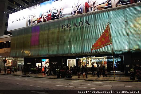 海港城的名牌店外面皆是排隊等候入店購買的人潮