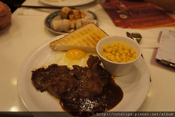 薄牛排牛油栗米配太陽蛋及牛油厚多士